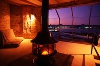 暖炉のあるリビングの夕景