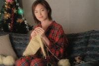 クリスマスツリーと編物をする日本人女性