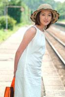 駅のホームで待つ日本人女性 夏
