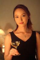 シャンパングラスを持つ20代女性