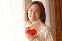 ハート型のプレゼントを持つ女性