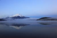 朝もやの山中湖と富士山