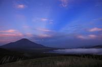 夜明けの反薄明光線と富士山