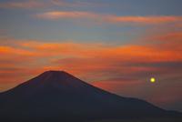 朝焼けの富士山と満月 00425011047| 写真素材・ストックフォト・画像・イラスト素材|アマナイメージズ