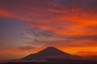 夕焼けと富士山 00425011052| 写真素材・ストックフォト・画像・イラスト素材|アマナイメージズ