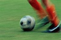 選手が運ぶサッカーボール