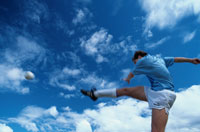 力強く蹴る男性サッカー選手