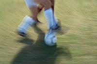サッカーボールを奪い合う2人の選手