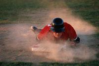 ベースに滑り込む男性