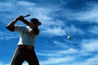 野球バットを構える男性