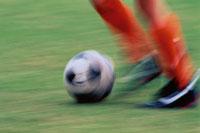 サッカーボールを蹴る足もと