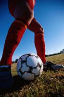 グラウンドでサッカーボールを止める 00454010188| 写真素材・ストックフォト・画像・イラスト素材|アマナイメージズ