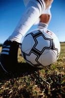 グラウンドでサッカーボールを止める