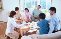 リビングでくつろぐ日本人3世代ファミリー 00455010028| 写真素材・ストックフォト・画像・イラスト素材|アマナイメージズ