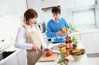 キッチンで調理する日本人夫婦
