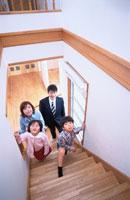 階段を上る日本人夫婦と息子と娘のファミリー