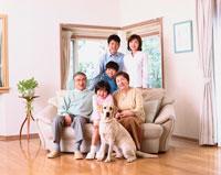 リビングで日本人3世代ファミリーと犬(ラブラドール)