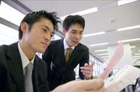 書類を読む2人の日本人ビジネスマン