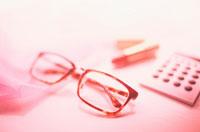 眼鏡と電卓と口紅
