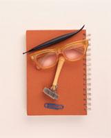 顔イメージ(眼鏡と文房具) 00460000521Z  写真素材・ストックフォト・画像・イラスト素材 アマナイメージズ