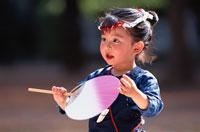 うちわを持った祭り衣装の日本人の女の子