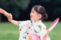 うちわを持った浴衣の日本人の女の子