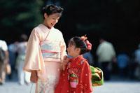 七五三の日本人の女の子と母親