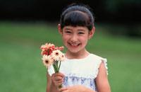 ガーベラの花を持つ日本人の女の子