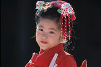 七五三の着物を着た3歳の日本人少女