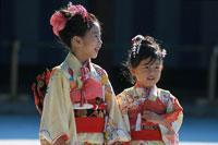 七五三の着物を着た日本人姉妹