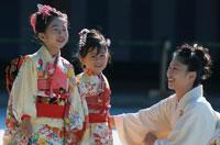 七五三の着物を着た日本人姉妹と母親