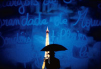 傘をさした男性