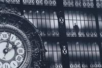 オルセー美術館大時計と人物 パリ フランス B/W