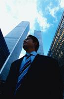 高層ビル群と日本人ビジネスマン