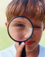 虫眼鏡と外国人の男の子