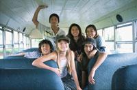 バス内の日本人と外国人の男女
