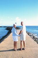 海と手をつなぐ外国人老夫婦