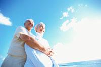青空と抱きつく外国人老夫婦