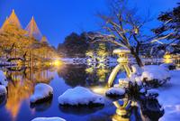 雪の兼六園ライトアップ