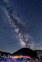 花桃の里と天の川 00545014581| 写真素材・ストックフォト・画像・イラスト素材|アマナイメージズ