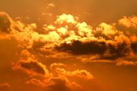雲間からの夕日 00556010213| 写真素材・ストックフォト・画像・イラスト素材|アマナイメージズ