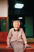縁側に座る日本人の老人女性