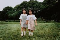歩く2人の日本人の女の子