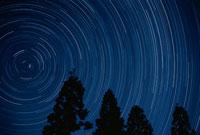 北天の星の軌跡 新潟県新発田市滝 00616000048  写真素材・ストックフォト・画像・イラスト素材 アマナイメージズ