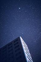ビルとこと座のベガ  湯沢町 新潟県 00616010013  写真素材・ストックフォト・画像・イラスト素材 アマナイメージズ