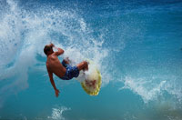 サーフィンする人 ハワイ