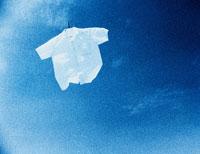 青空に飛ぶ白シャツ