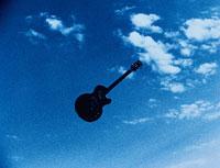 青空を飛ぶギター