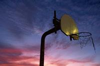 空とバスケットボールのゴール アメリカ