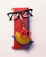 筆入れと眼鏡とはさみと分度器と三角定規で作った顔イメージ